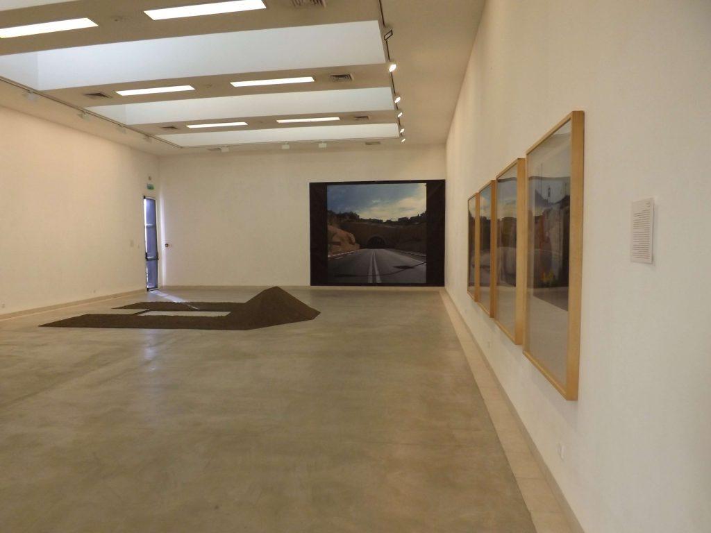 חסימות ופתחים - חלל התערוכה. צילום: ענת גיא